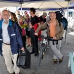 Warten aufs Schiff in Thun: Reiseleiter Pierre-Alain und Koni, unser Urgestein