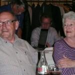 Interessiert hört Ehepaar Spörri zu