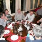 Fröhliche Runde am runden Tisch